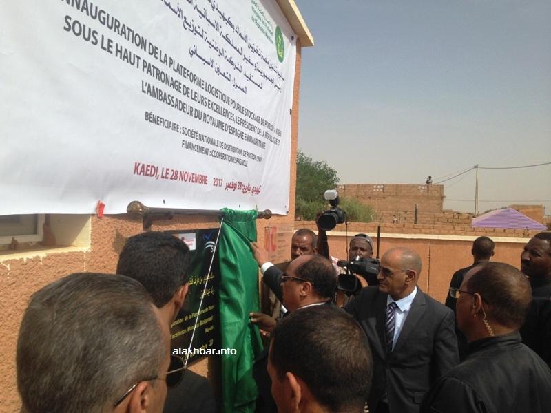 الرئيس يزيح الستار عن لوحة المشروع بينما ينتظر الدبلوماسيون لإلقاء كلماتهم