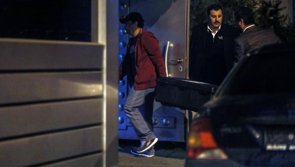 موظفون في القنصلية السعودية يحملون الأحد صناديق إلى داخل مبنى القنصلية(الأناضول)