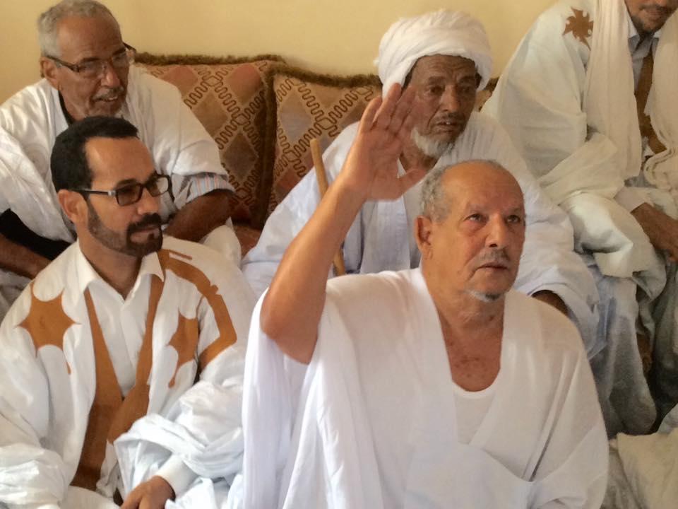 العقيد فياه يظهر رافعا يده فى الصورة التى تم التقاطها خلال اجتماع قبلي