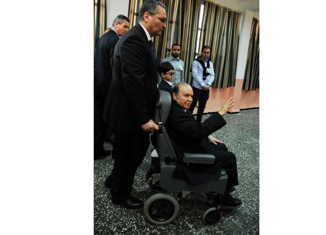 الرئيس الجزائري وهو علي كرسي متحرك - ارشيف الكتروني