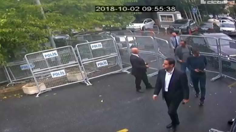 الضابط مطرب أثناء دخوله القنصلية السعودية في اليوم الذي قتل فيه خاشقجي (الجزيرة)